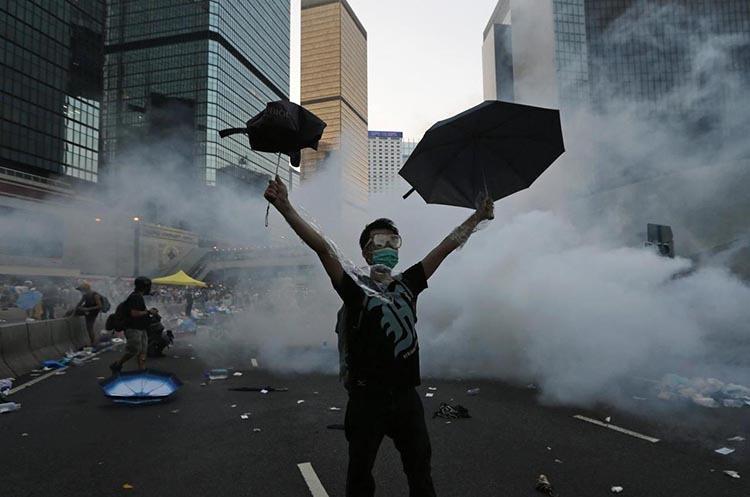 Một người biểu tình bên ngoài tòa nhà của chính quyền ở Hong Kong hồi tháng 9/2014. Ảnh: Reuters.