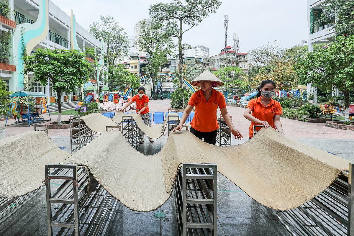 Giáo viên trường Mầm non Thành Công, quận Ba Đình, Hà Nội tổng vệ sinh ngày 8/5 để đón trẻ trở lại trường. Ảnh: Giang Huy.