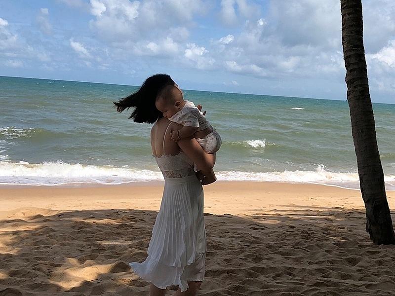 Bạn nhỏ co rúm, ôm chặt mẹ lúc ra biển.