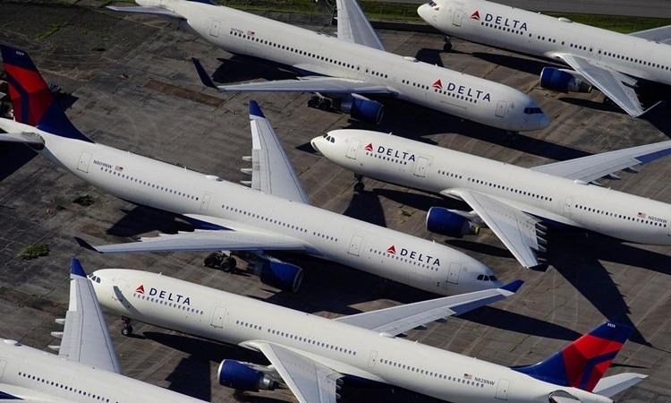 Các máy bay chở khách của hãng Delta Airlines, Mỹ đỗ tại sân bay quốc tế Birmingham-Shuttlesworth ở bang Alabama hồi tháng 3. Ảnh: Reuters.
