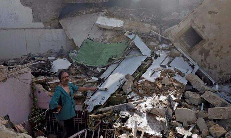 Hiện trường vụ rơi máy bay Pakistan ngày 22/5. Ảnh: Reuters.
