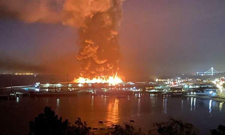 Hiện trường vụ hỏa hoạn tại bến tàu Pier 45 ở San Francisco, Mỹ, hôm nay. Ảnh: CNN.