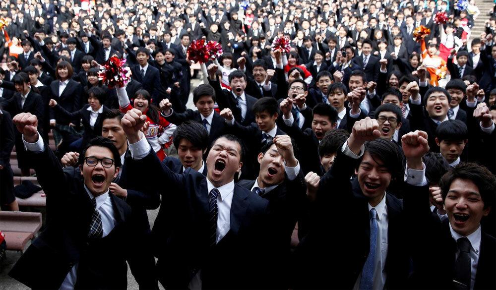 Sinh viên Nhật Bản thể hiện quyết tâm săn việc làm sau khi tốt nghiệp vào tháng 3/2017. Ảnh: Kim Kyung-hoon/ Reuters.