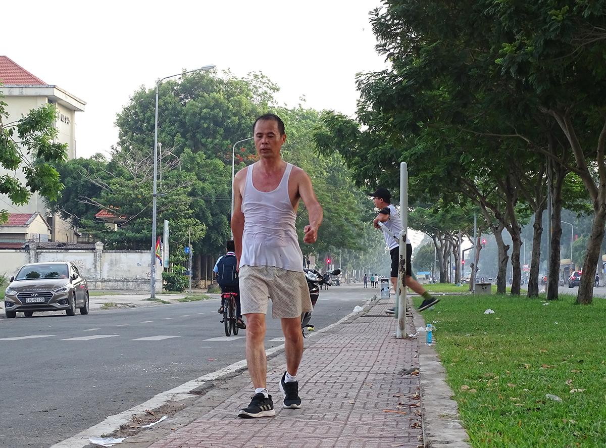 Do thiếu công viên nên người dân phường Bình Hưng Hòa B, quận Bình Tân phảitập thể dục trên vỉa hè. Ảnh: Hà An.
