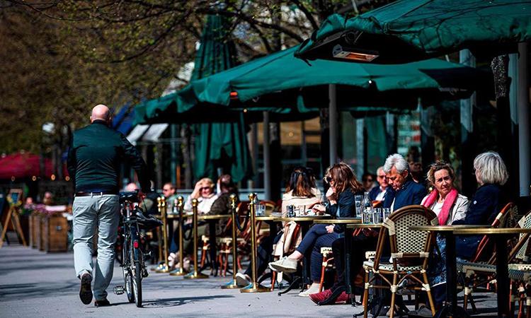 Một nhà hàng ở thủ đô Stockholm vẫn đông khách hôm 8/5. Ảnh: AFP.