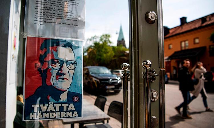Ảnh của nhà dịch tễAnders Tegnell, tác giả của chiến lược miễn dịch cộng đồng, được treo trên cửa một nhà hàng ở thủ đô Stockholm. Ảnh: AFP.
