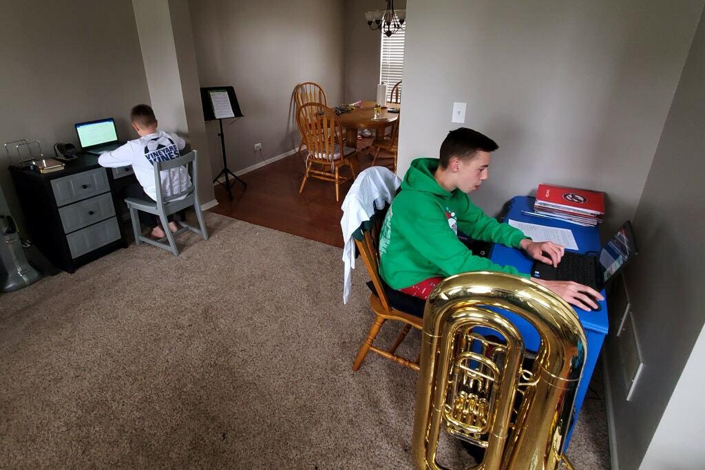 Kaleb Stumpenhorst (trái) học trực tuyến cùng anh trai Tanner. Ảnh: Josh Stumpenhorst.