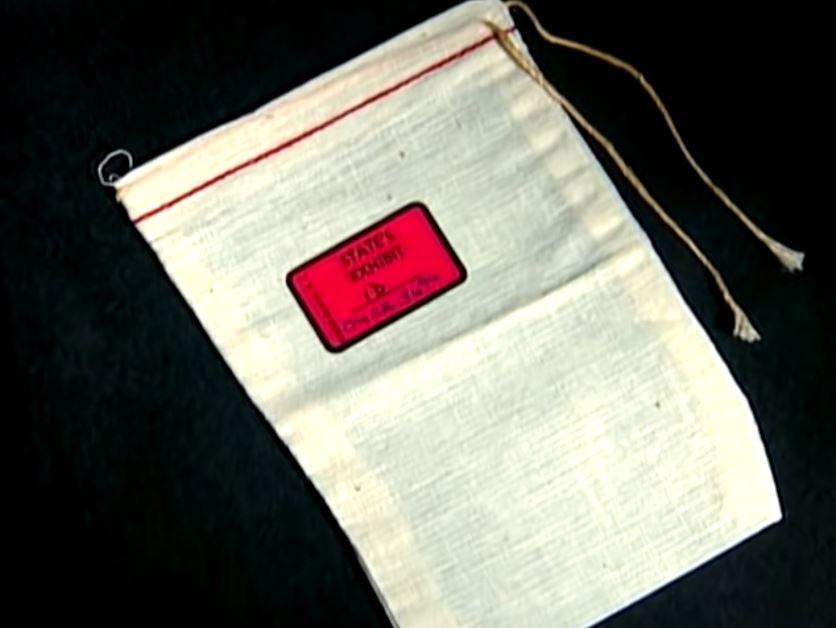 Chiếc túi vải tại chân cột điện thoại. Ảnh: Filmrise.