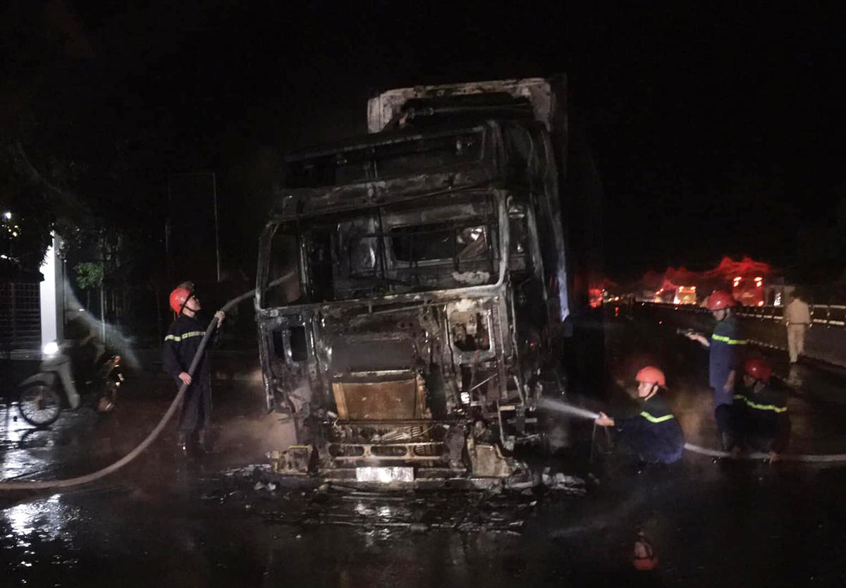 Cabin xe trơ khung sau vụ cháy.