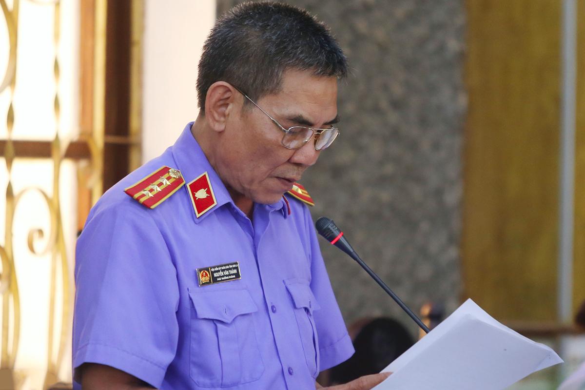 Đại diện VKSND tỉnh Sơn La trình bày bản luận tội. Ảnh: Phạm Dự.