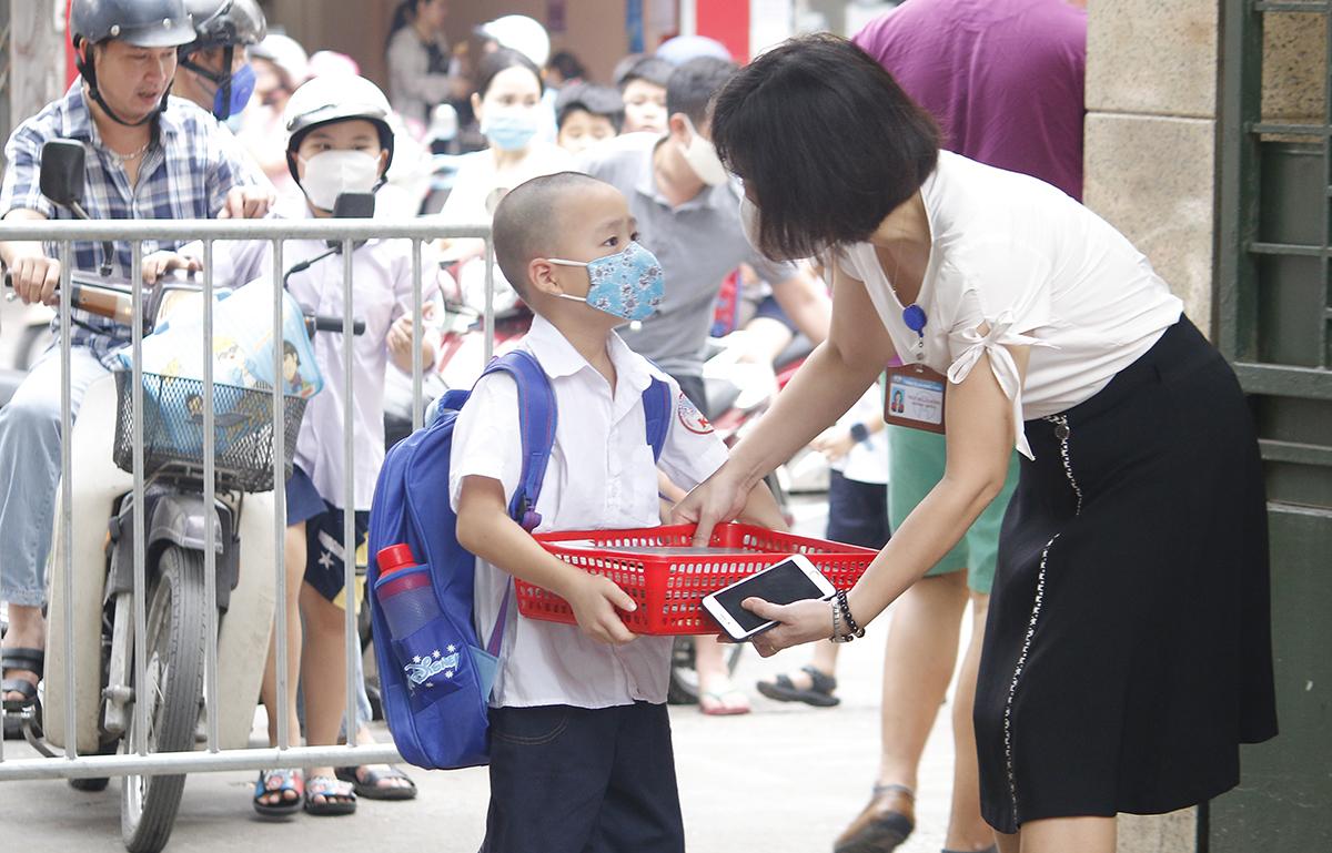 Học sinh trường Tiểu học Khương Thượng (Hà Nội) đi học trở lại hôm 11/5. Ảnh: Thanh Hằng.