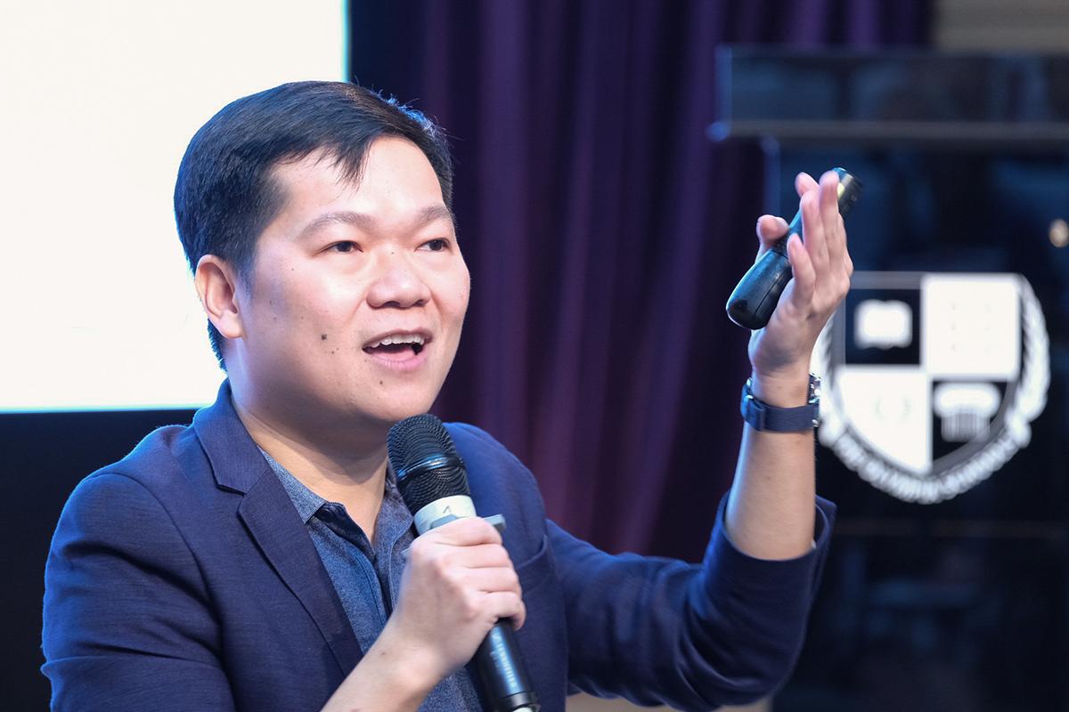 TS Nguyễn Chí Hiếu chia sẻ tại hội thảo chiều 23/5. Ảnh: Dương Tâm.