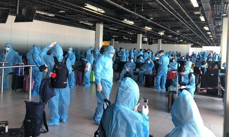 Công dân Việt Nam làm thủ tục tại sân bayAmsterdam, Hà Lan để chuẩn bị về nước hôm 23/5. Ảnh: Bộ Ngoại giao.