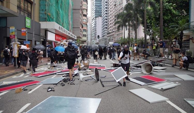 Người biểu tình dựng rào cản, chặn giao thông trên đường Hennessy hôm nay. Ảnh: SCMP.