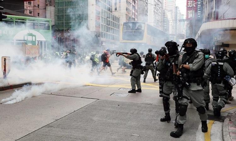 Cảnh sát chống bạo động Hong Kong bắn hơi cay vào người biểu tình tại ngã ba đường Hennessy và đường Percival hôm nay. Ảnh: SCMP.