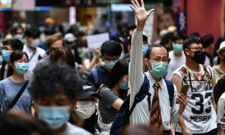 Người biểu tình chống dự luật an ninh tuần hành trên một đường phố ở Hong Kong ngày 24/5. Ảnh: AFP.