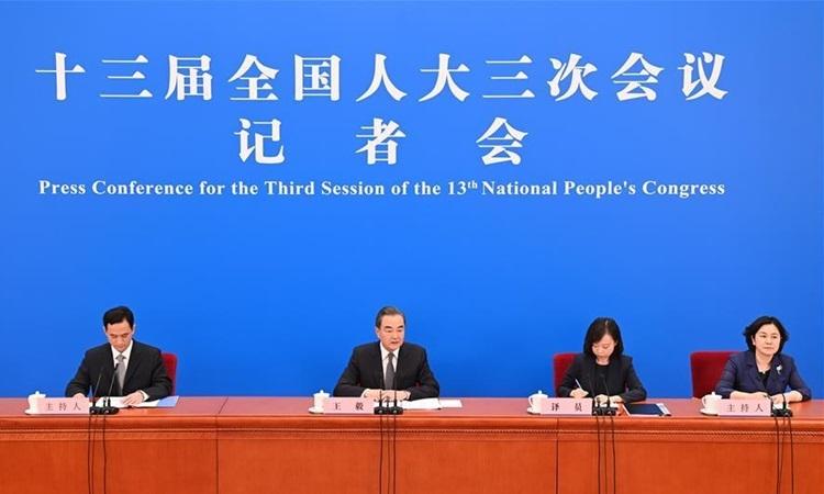 Ngoại trưởng Trung Quốc Vương Nghị (Thứ hai từ trái sang) chủ trì cuộc họp báo bên lề kỳ họp thường niên của quốc hội tại Bắc Kinh hôm nay. Ảnh: Xinhua.