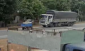 Xe ba bánh tông trực diện ôtô tải