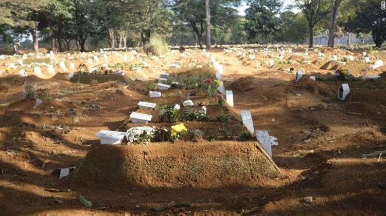 Những ngôi mộ mới mọc lên ở nghĩa trangVila Formosa. Ảnh: CNN.