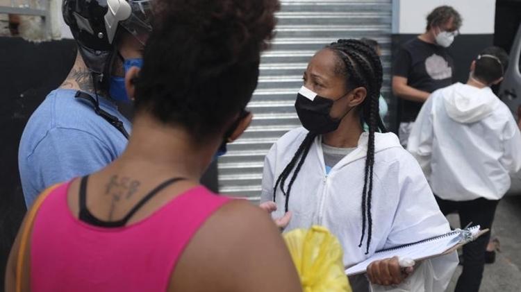 Renata Alves (phải),tình nguyện viên y tế của tổ chức cứu trợ G10 Favela. Ảnh: CNN.