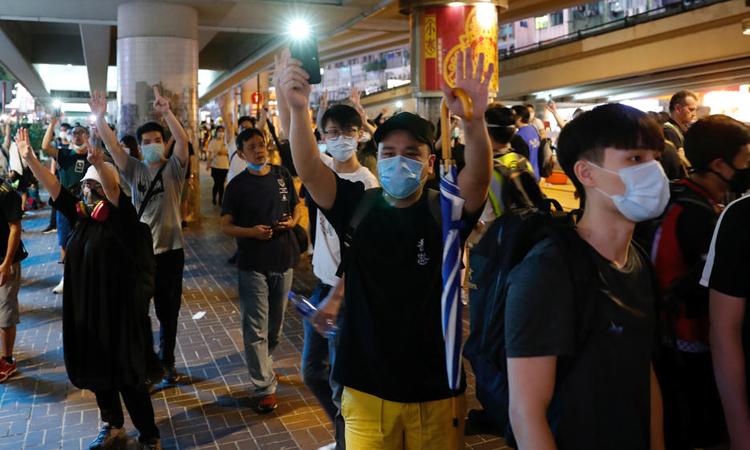 Người biểu tình tuần hành chống dự luật an ninh do quốc hội Trung Quốc đề xuất tại Hong Kong hôm 24/5. Ảnh: Reuters.