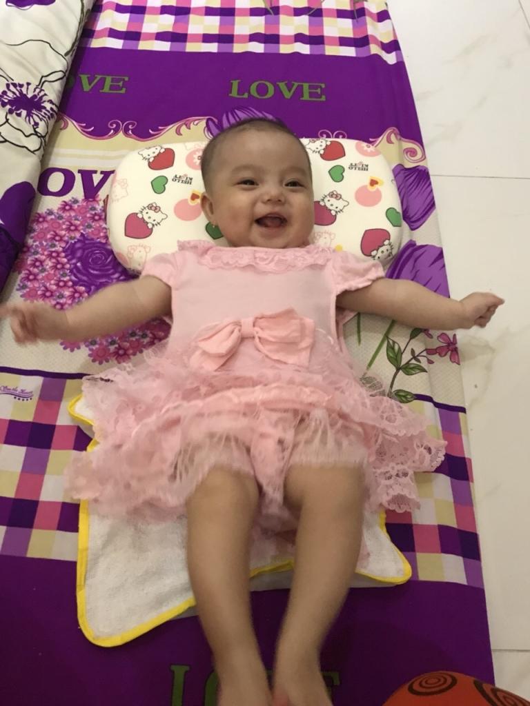 Bé tròn 4 tháng tuổi, được mẹ mua cho áo đầm đẹp