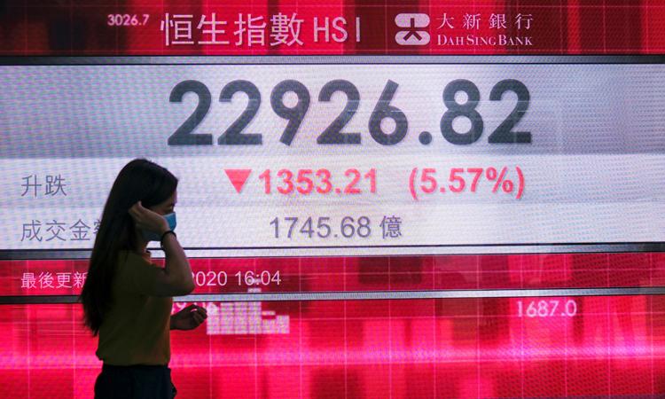 Màn hình hiển thị chỉ số chứng khoán HSI tại Hong Kong hôm 22/5, sau khi Trung Quốc công bố dự luật an ninh cho đặc khu. Ảnh: Reuters.