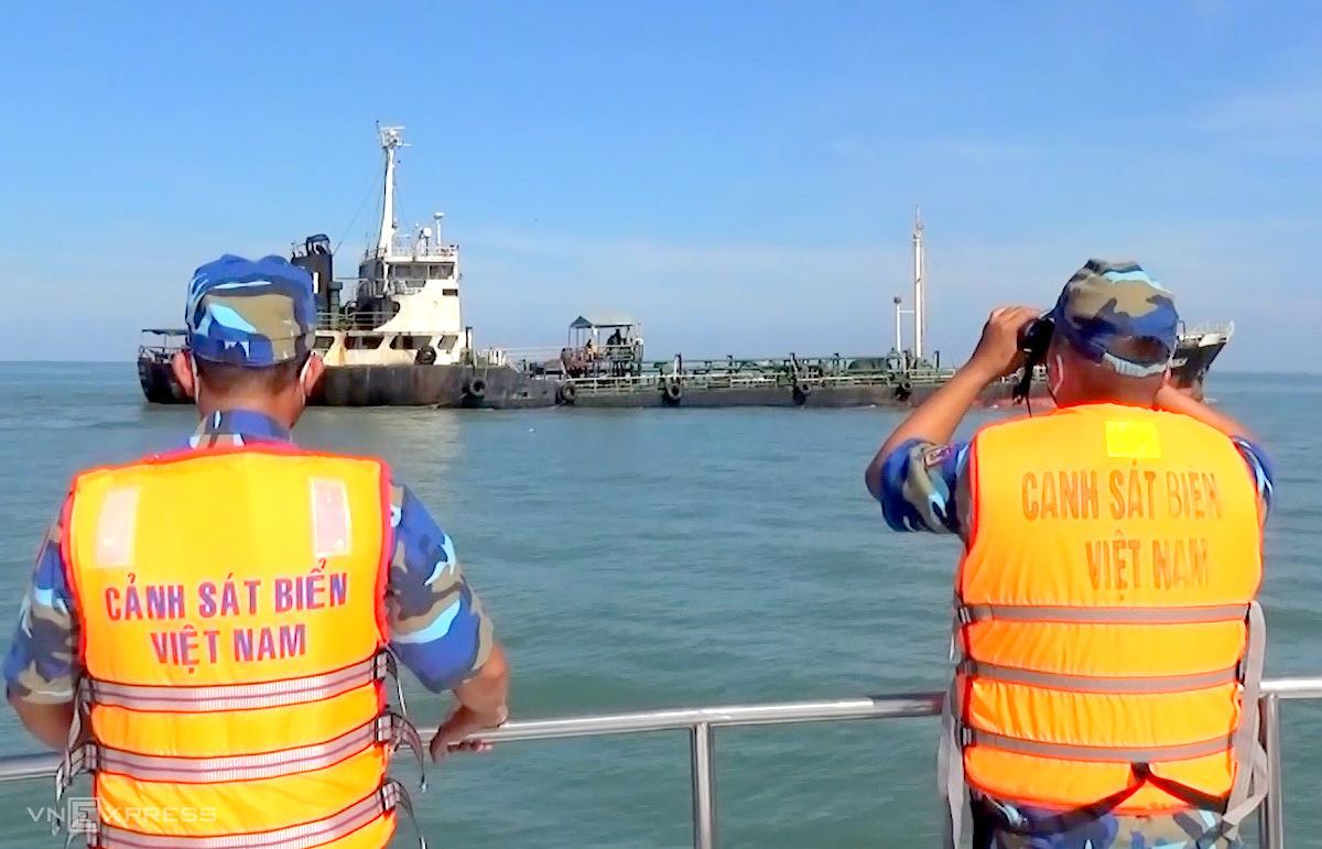 Tàu cảnh sát biển áp sát tàuSiam Varich. Ảnh: Đức Định.