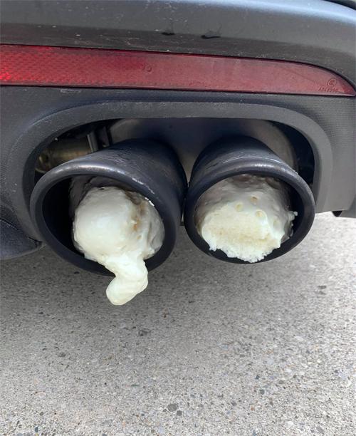 Hai ống xả của chiếc Mustang bị trét kín bọt xốp. Ảnh: Aaron Robinson/Facebook