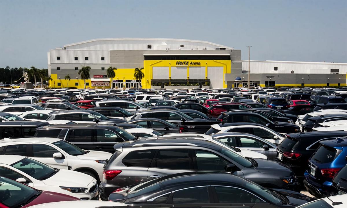 Trung tâm thể thao Hertz Arena, bang Florida, Mỹ, hôm 16/4, đỗ chật kín xe cho thuê không được sử dụng tới. Trung tâm này hiện cũng không hoạt động do dịch Covid-19 và trở thành địa điểm hoàn hảo để chứa xe. Ảnh: The News-Press