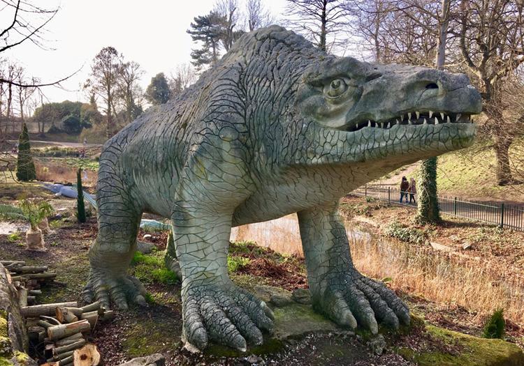 Tượng khủng longMegalosaurus trước khi hư hại. Ảnh: BBC.