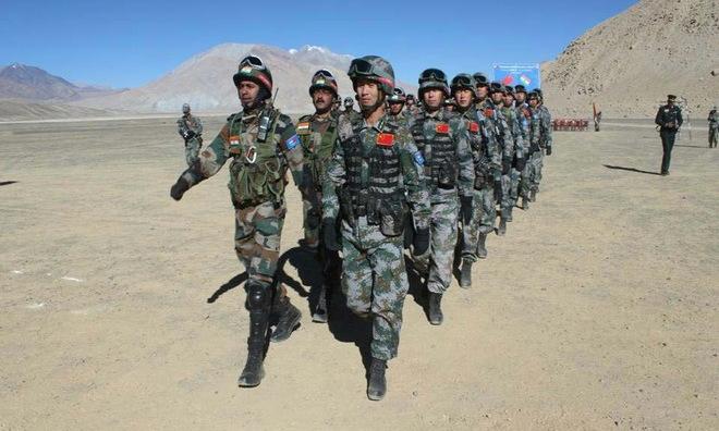 Binh sĩ Ấn Độ và Trung Quốc tuần tra chung tại Ladakh. Ảnh: PTI.