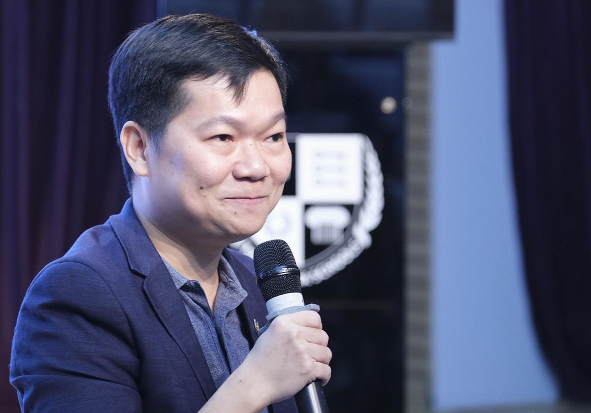 Thầy Nguyễn Chí Hiếu chia sẻ tại buổi hội thảo ngày 23/5. Ảnh: Dương Tâm.