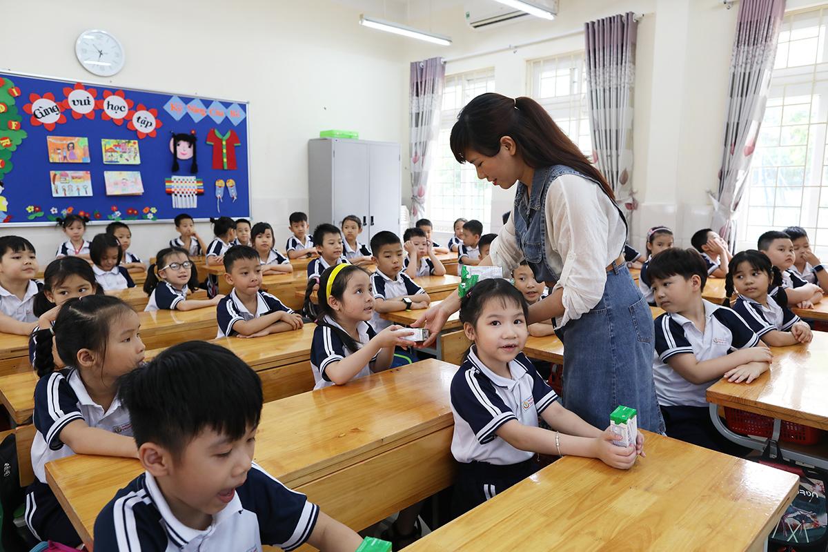 Ngoài công tác dạy và học, trường học còn đồng hành cùng phụ huynh chăm lo dinh dưỡng cho trẻ em, đặc biệt trong lứa tuổi học đường. Nguồn: Ngọc Thành