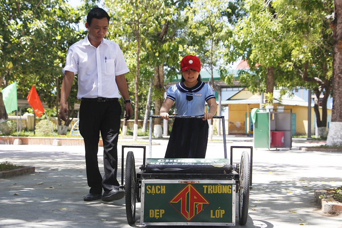 Học sinh cũng thích thú sử dụng xe quét rác. Ảnh: Võ Thạnh