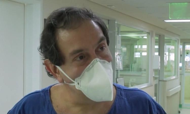 Bác sĩ Jacques Sztajnbok trong khoa ICU, bệnh việnEmilio Ribas. Ảnh: CNN.