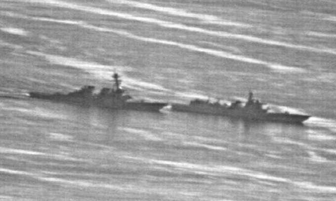 Tàu chiến Trung Quốc (phải) cắt mặt USS Decatur hôm 30/9/2018. Ảnh: US Navy.