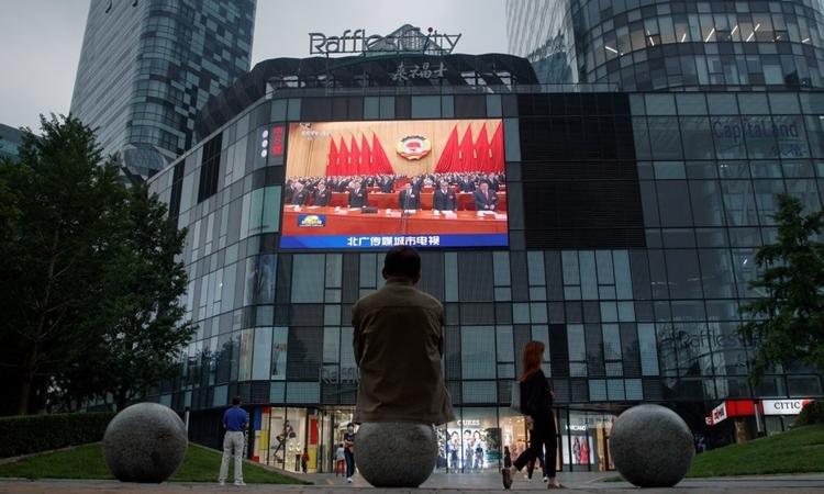 Màn hình ở Bắc Kinh chiếu phiên họp quốc hội Trung Quốc hôm 22/5. Ảnh: Reuters.