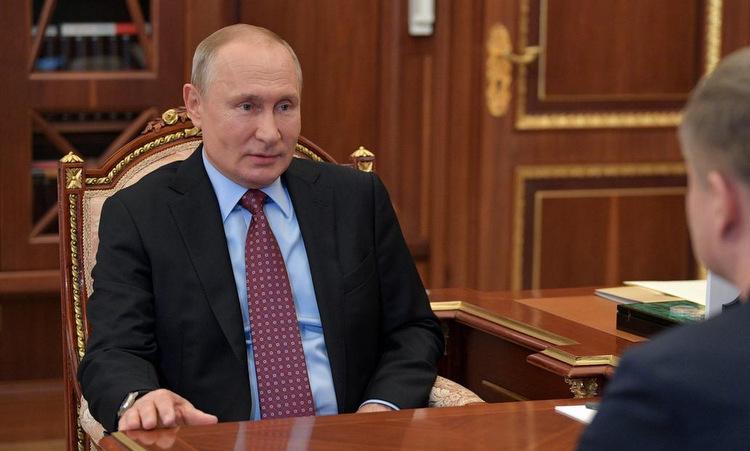 Putin gặp giám đốc công ty Đường sắt Nga tại Điện Kremlin ngày 25/5. Ảnh: Reuters.