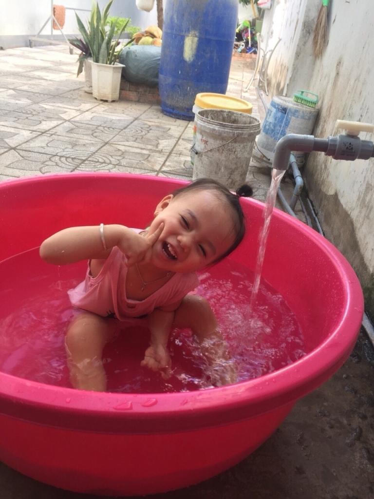 Mẹ cho tắm hồ bơi nên thích lắm.