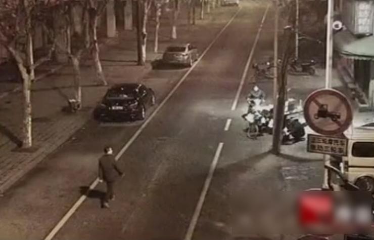 Nghi phạm đi nghênh ngang giữa đường. Ảnh: CCTV.