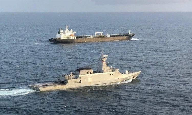 Chiến hạm Venezuela hộ tống tàu dầu Fortune của Iran, ngày 24/5. Ảnh: Ceofanb.