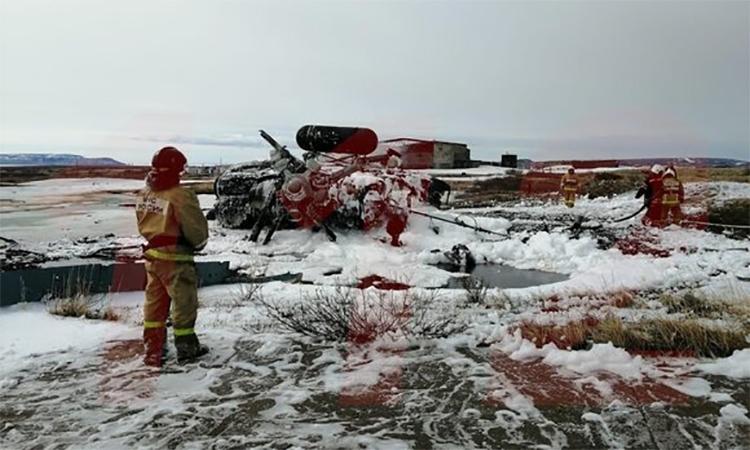 Nhân viên thuộc lực lượng các tình trạng khẩn cấp tại hiện trường rơi trực thăng Mi-8 gần thị trấn Anadyr, tỉnh Chukotka, Nga, ngày 26/5. Ảnh: Telegram/112.