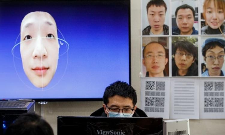 Một kỹ sư phần mềm làm việc với chương trình nhận dạng gương mặt tại phòng phát triển của công ty điện tử Hanwang tại Bắc Kinh, hôm 6/3. Công nghệ này cho phép nhận dạng gương mặt ngay cả khi đeo mặt nạ. Ảnh: Reuters.