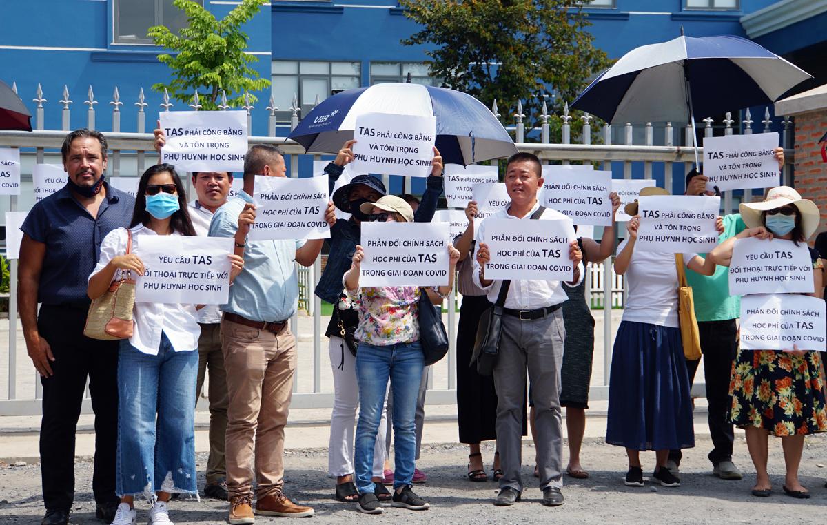 Khoảng 40 phụ huynh đến trường, phản đối chính sách thu học phí thời gian nghỉ phòng chống Covid-19 tại trường Quốc tế Mỹ (quận 2, TP HCM) chiều 11/5. Ảnh: Mạnh Tùng.
