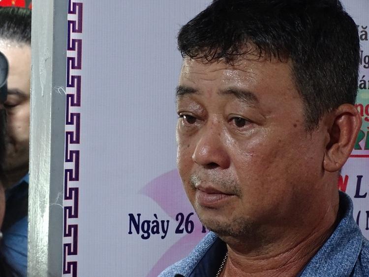Anh Nguyễn Duy Trung, bố Kiên thẫn thờ kể lại buổi sáng cuối cùng đưa con đến trường. Ảnh: Hà An.