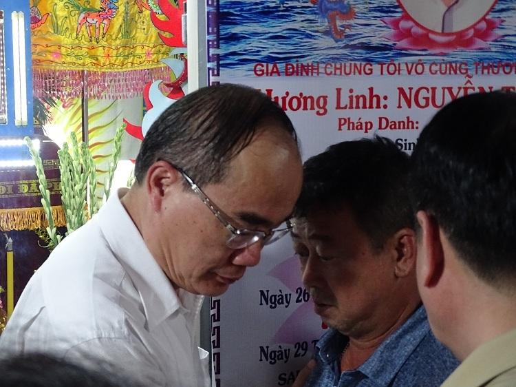 Bí thư Thành ủy TP HCM Nguyễn Thiện Nhân thăm hỏi và chia buồn với gia đình. Ảnh: Hà An.