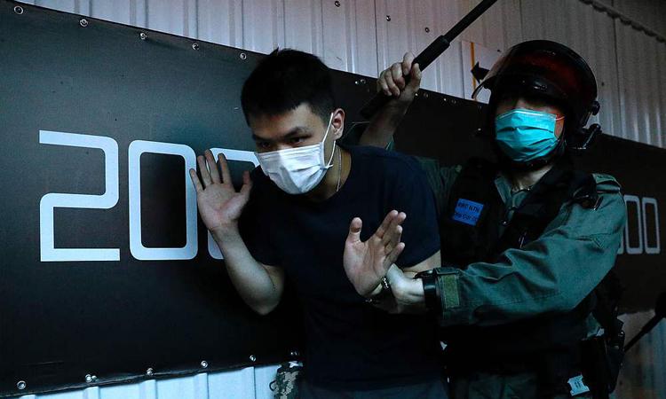 Cảnh sát bắt một người biểu tình chống chính quyền tại Hong Kong hôm 24/5. Ảnh: Reuters.