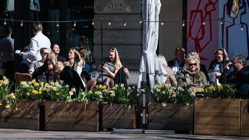 Người dân thư giãn ở một nhà hàng tại thủ đô Stockholm hôm 15/4. Ảnh: AFP