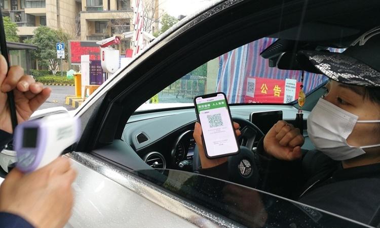 Người dùng trình mã màu trong ứng dụng đánh giá sức khỏe trước lối vào một khu dân cư ở Hàng Châu. Ảnh: Ant Financial.